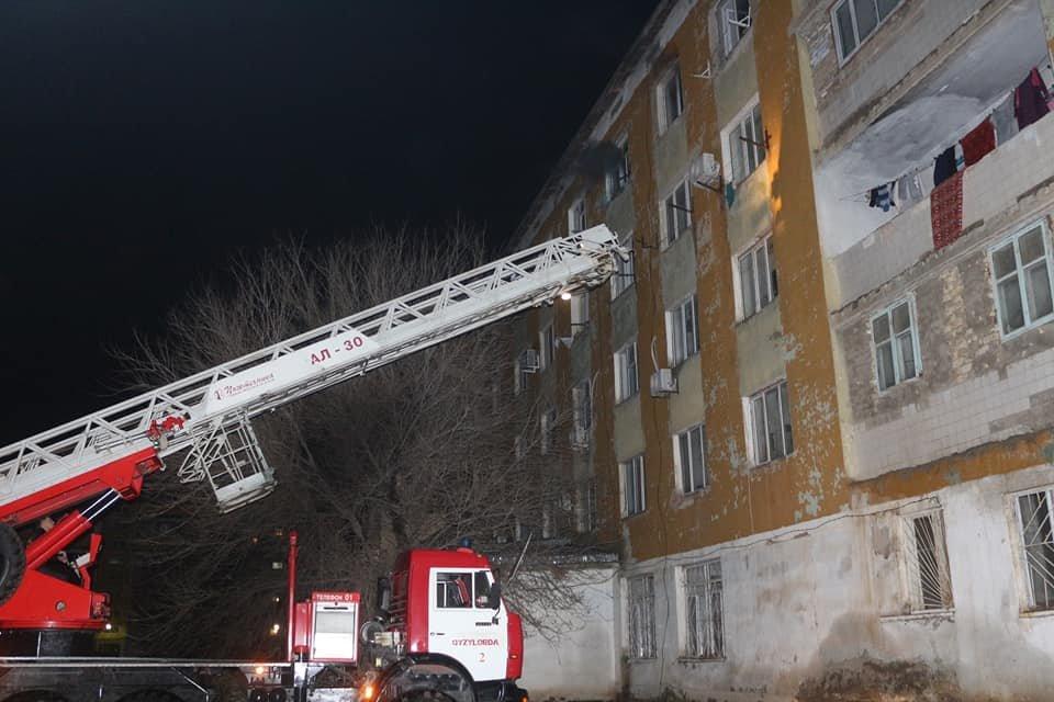 В Кызылорде при пожаре в многоквартирном доме эвакуировали 73 человек (фото), фото-1